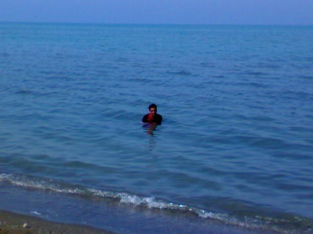 وحید با لباس داخل آب