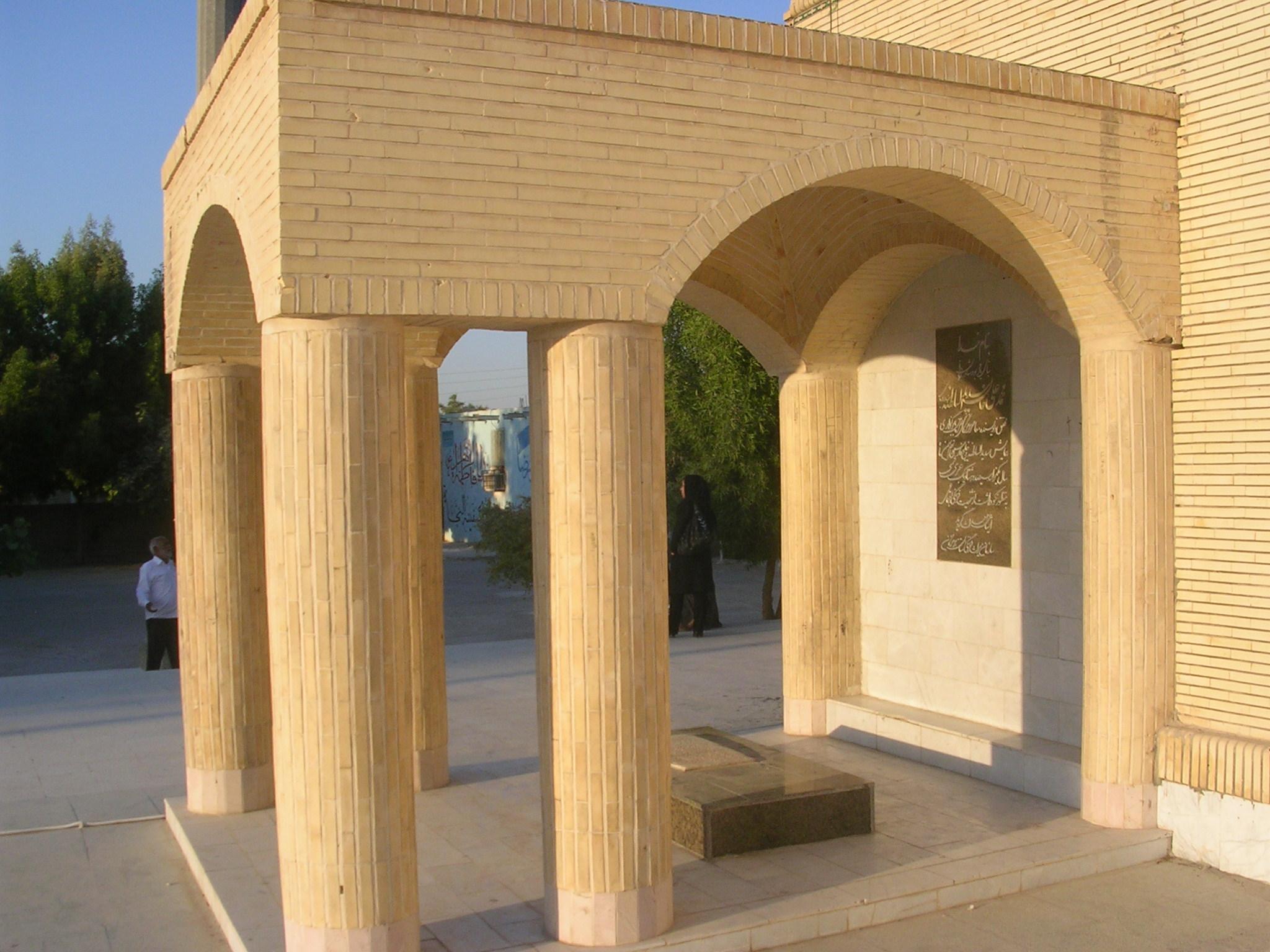 آرامگاه سدید السلطنه درحیاط غربی سیدکامل