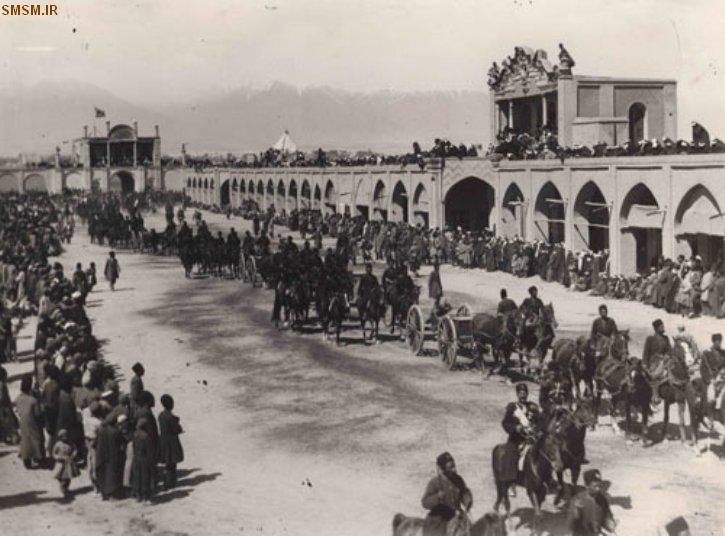 عبور ادوات نظامی از میدان توپخانه + عکس قدیمی