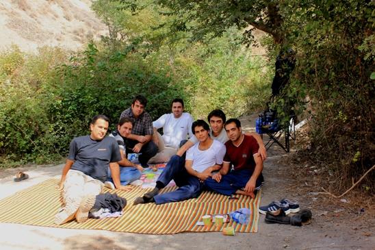 گروه در کنار سفره صبحانه