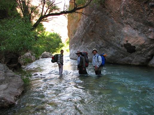 من و دکتر و مهرداد در حال عبور از رودخانه