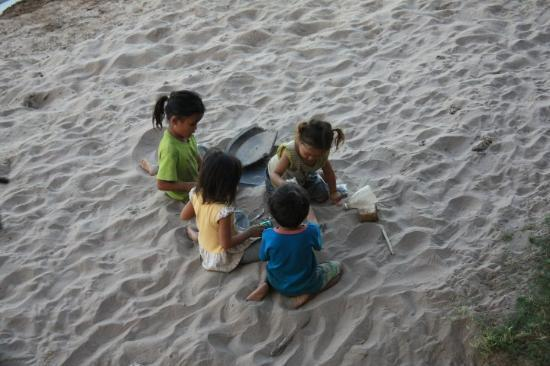 بازی کودکان در خاک و ماسه