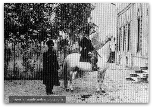 رضاشاه پهلوی (رضاخان) در اصطبل خانه سفارت انگلیس، مسئول جمع آوری پهن اسب