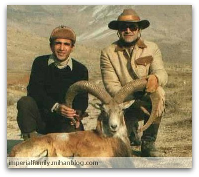 عکس شاهزاده عبدالرضا پهلوی و کامبیز آتابای مسئول اداره شکاربانی دربار؛ شکار قوچ