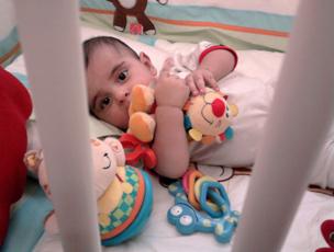 رایین در حال بازی با عروسک محبوبش