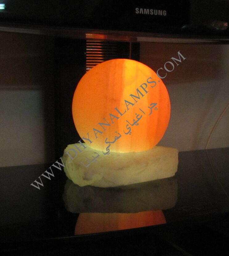 سنگ نمک گوی شکل با پایه سنگ نمک