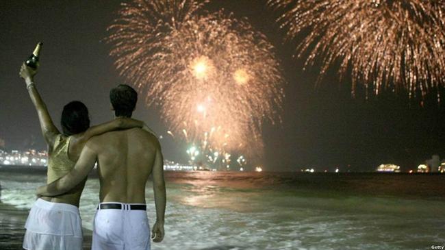 برزیلی ها در شهر ریو دو ژانیرو در کنار اقیانوس از سال جدید استقبال کردند