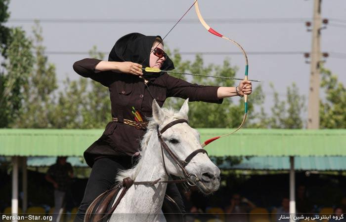 شیوا مفاخری، کماندار ایرانی سوار بر اسب در طول مسابقات تیراندازی با کمان در تهران در 28 مه 2011 (عکس از آسوشیتدپرس)1