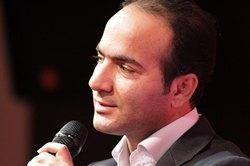 حسن ریوندی در حال اجرای برنامه