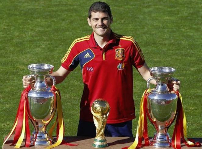 http://s1.picofile.com/file/7528330749/Casillas_orgulloso_copas.jpg