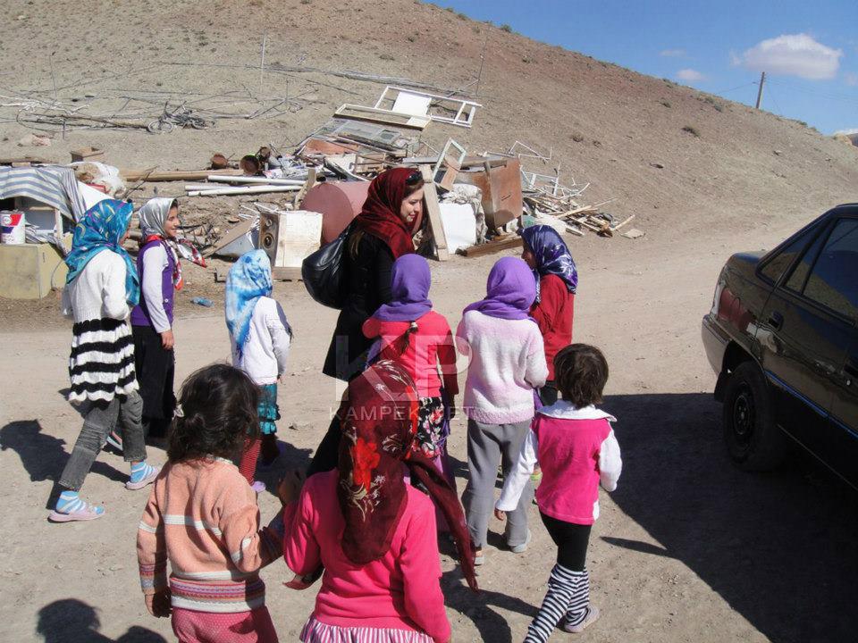 عکس های مهراوه شریفی نیا در بین کودکان زلزله زده
