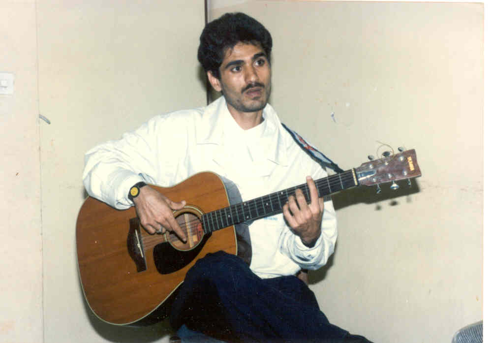 http://s1.picofile.com/file/7617310963/guitar_sharif.jpg