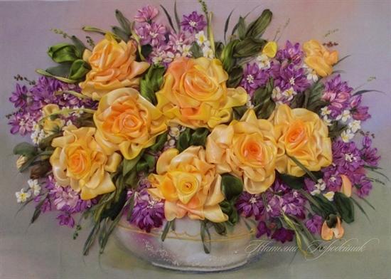 گلدانی با گل های زرد و بنفش