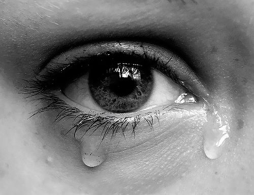 اشک ، لبهای پُر از زخم مرا تر میکرد