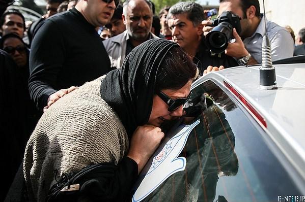 زهرا داود نژاد در مراسم خاکسپاری پیکر عسل بدیعی