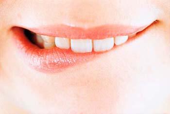 لب گزیدن زبان بدن