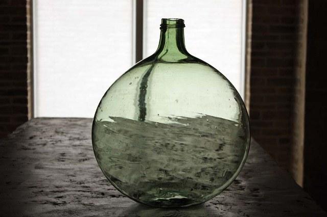 انواع قرابه های شیشه ای سبز ( بطری های بزرگ ) - نمایشگاه اجناس عتیقه و قدیمی