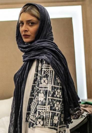 ساره بیات در لابی