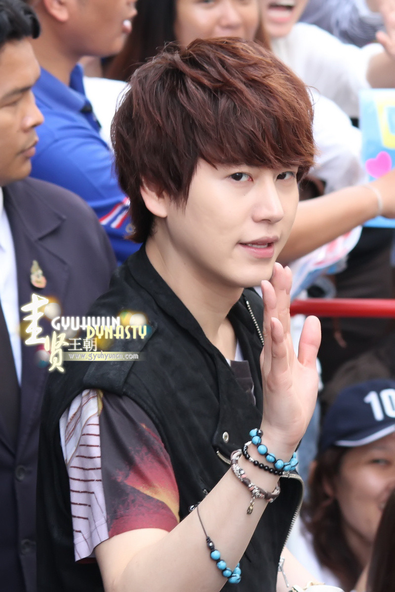 http://s1.picofile.com/file/8263144442/130217_kyuhyun_outside_maleenon_building_cr_gyuhyundynasty_1.jpg