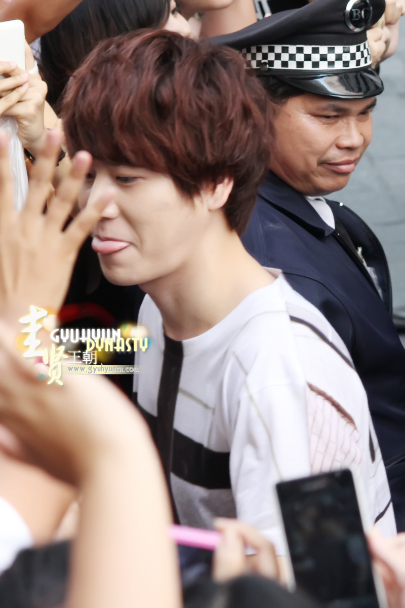 http://s1.picofile.com/file/8263144468/130217_kyuhyun_outside_maleenon_building_cr_gyuhyundynasty_2.jpg