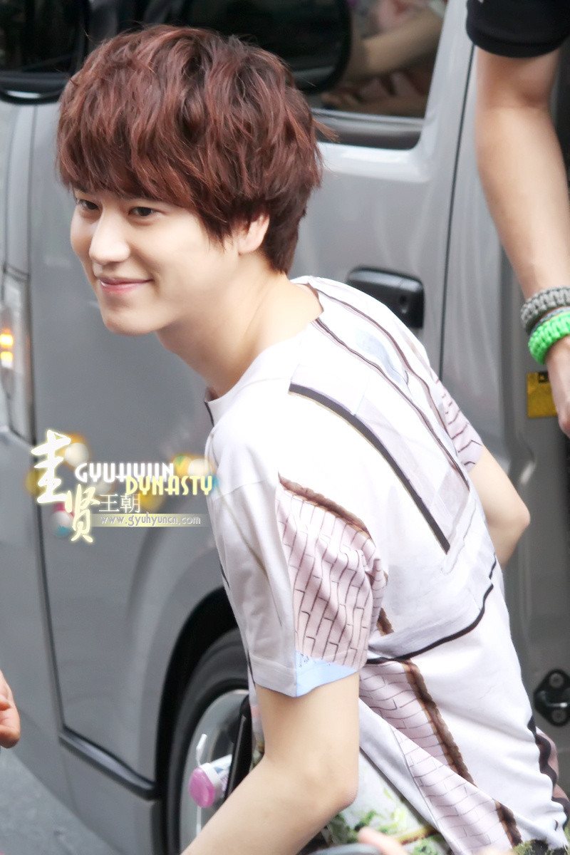 http://s1.picofile.com/file/8263144550/130217_kyuhyun_outside_maleenon_building_cr_gyuhyundynasty_5.jpg