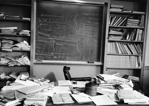 عکس جالب از دفتر کار آلبرت اینشتین قبل از مرگ