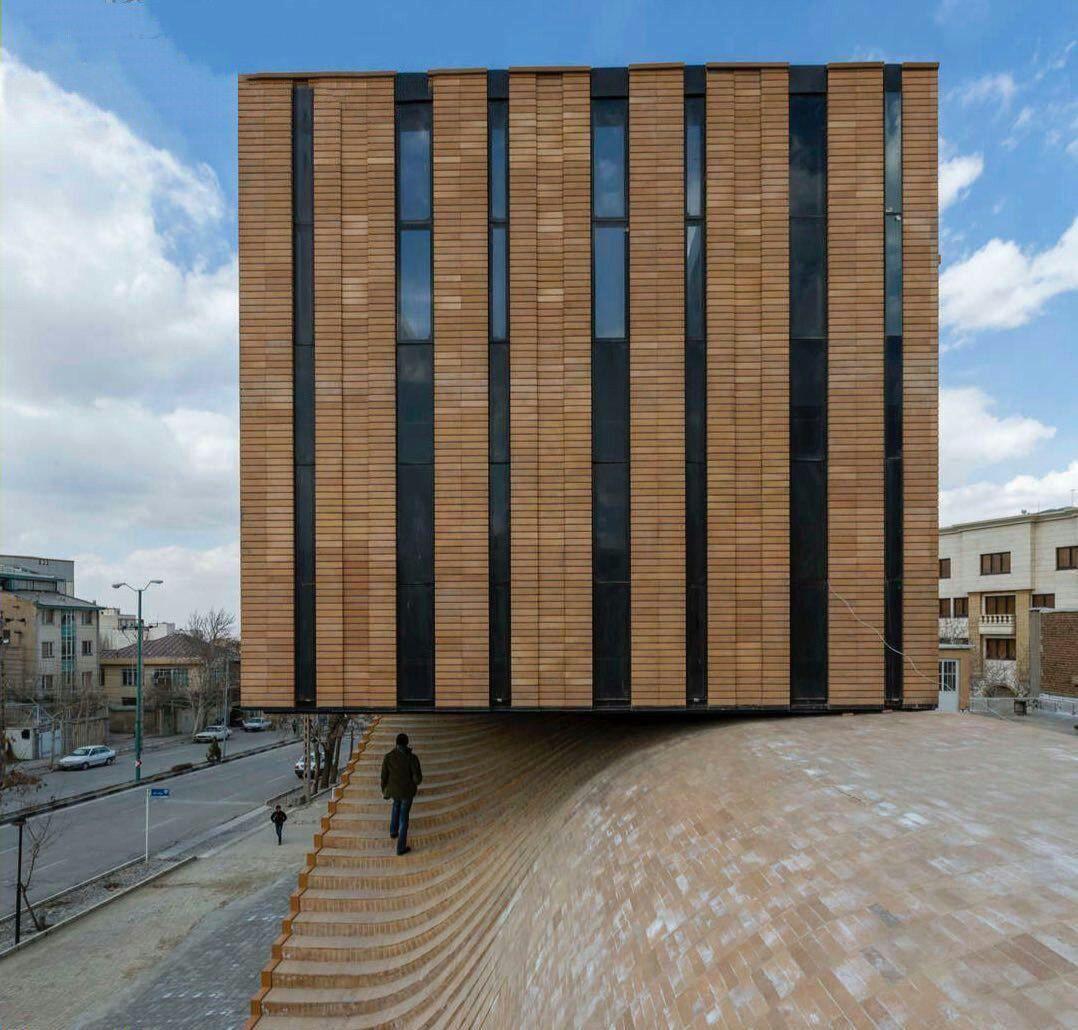ساختمانی زیبا و باورنکردنی در همدان