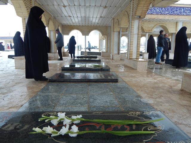 غبار روبی از مزارشهدا به مناسبت ایام الله دهه مبارک فجر